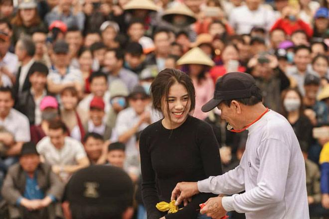 """""""Hot girl đấu vật"""" gây bão hội làng Hải Phòng vì quá xinh đẹp - 1"""