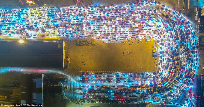 TQ: Cảnh chục nghìn ô tô mắc kẹt khi chờ qua phà sau Tết