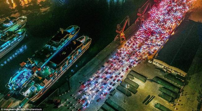 TQ: Choáng với cảnh chục nghìn ô tô mắc kẹt khi chờ qua phà sau Tết - 5