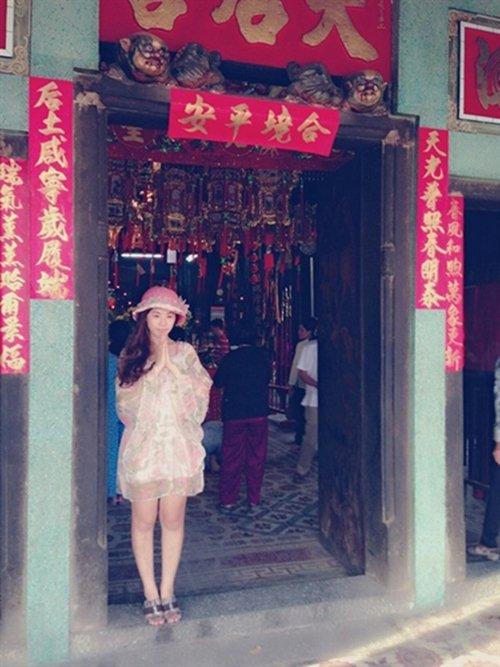 """Những sao Việt từng """"hứng gạch"""" vì lỡ mặc đồ phản cảm nơi linh thiêng - 8"""