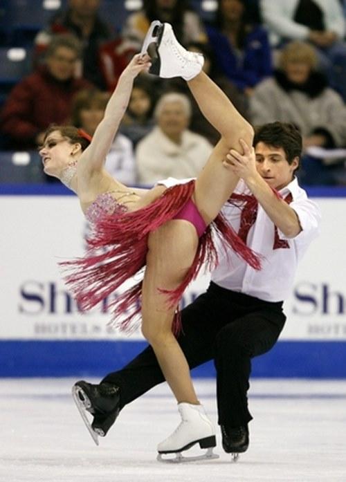 Đỏ mặt với váy diễn dễ hớ hênh của mỹ nhân trượt băng - 5