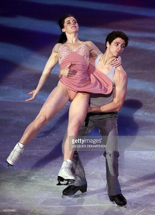 Đỏ mặt với váy diễn dễ hớ hênh của mỹ nhân trượt băng