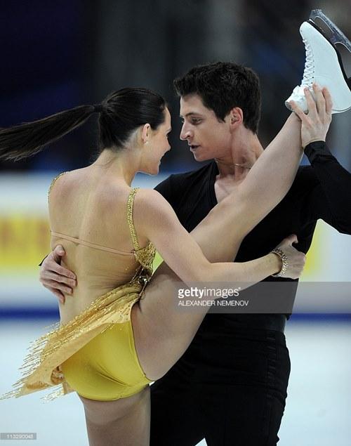 Đỏ mặt với váy diễn dễ hớ hênh của mỹ nhân trượt băng - 6