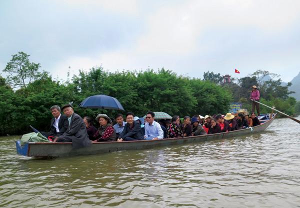 """Đò chở quá tải, """"giật"""" khách ở chùa Hương"""
