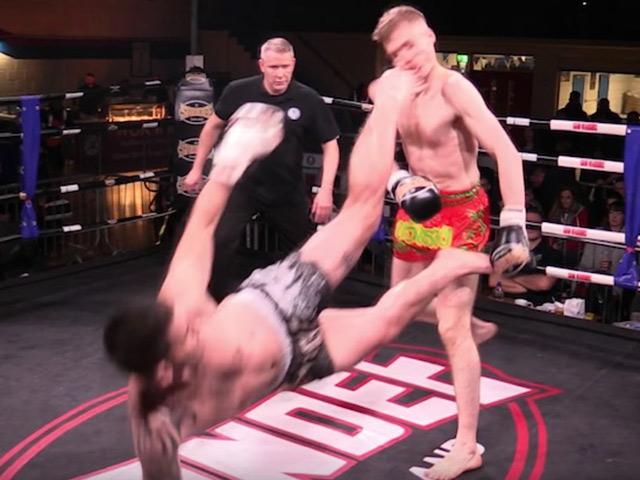 """MMA: """"Gây tội"""" bằng cú đá knock-out trời giáng, vội vã sơ cứu đối thủ 1"""