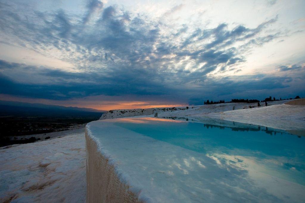Suối nước nóng nằm giữa hồ băng có 1-0-2 trên thế giới - 2