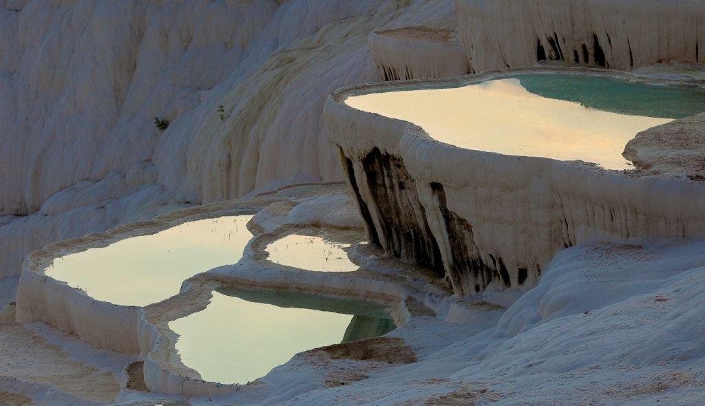 Suối nước nóng nằm giữa hồ băng có 1-0-2 trên thế giới - 6