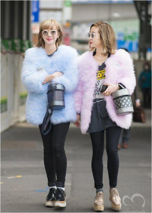 """Áo hồng, tóc hồng nổi """"bần bật"""" - 2 tín đồ Nhật náo loạn đường phố Milan FW - 2"""