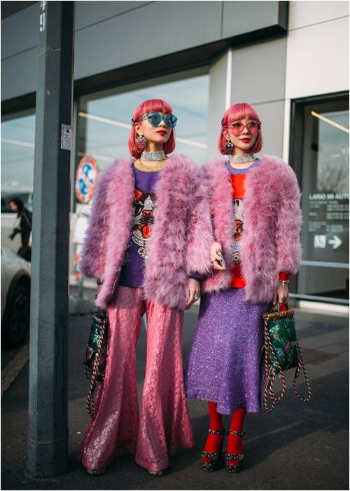 """Áo hồng, tóc hồng nổi """"bần bật"""" - 2 tín đồ Nhật náo loạn đường phố Milan FW - 1"""
