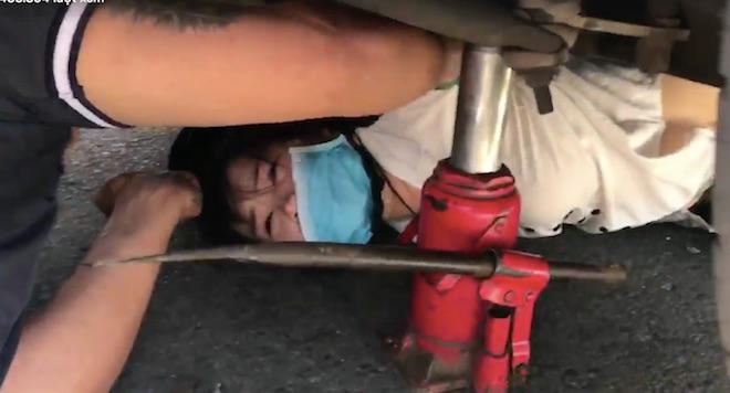 """Nóng 24h qua: Bị xe khách """"húc"""" như """"trời giáng"""", gần chục người nằm la liệt"""