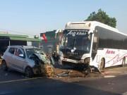Tin tức trong ngày - Đối đầu xe khách, xe ô tô con bẹp dúm 3 người nguy kịch
