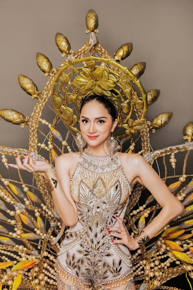 Trang phục truyền thống nặng 55 kg của Hương Giang tại Hoa hậu Chuyển giới