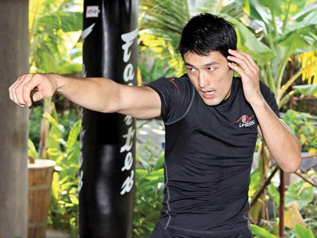 Johnny Trí Nguyễn mặc đồ ngủ tiếp võ sư Flores - 3