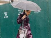 """Thời trang - Mặc mưa gió, tín đồ thế giới vẫn diện """"ngút trời"""" đi xem thời trang"""