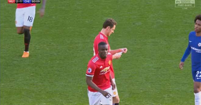 Thuyết âm mưu: Mourinho viết giấy chỉ đạo Matic tẩy thẻ, fan MU muốn Willian