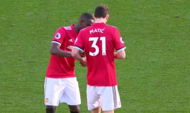 MU thắng Chelsea: Mourinho chỉ đạo bằng giấy, Willian đọc trộm bất thành 4