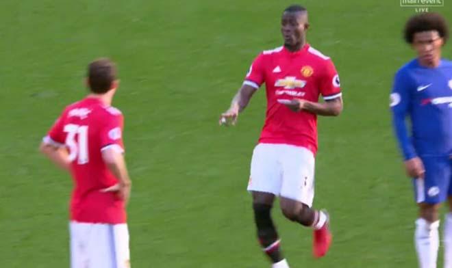 MU thắng Chelsea: Mourinho chỉ đạo bằng giấy, Willian đọc trộm bất thành 3