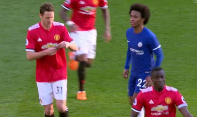 MU thắng Chelsea: Mourinho chỉ đạo bằng giấy, Willian đọc trộm bất thành 7