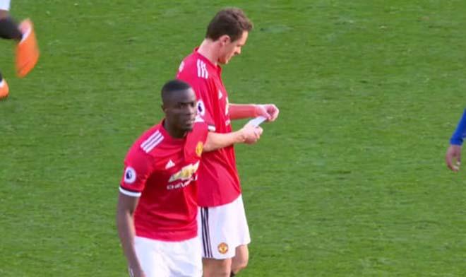 MU thắng Chelsea: Mourinho chỉ đạo bằng giấy, Willian đọc trộm bất thành 6
