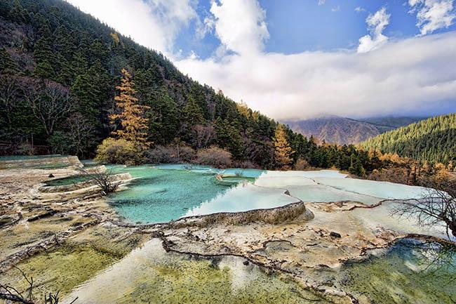 Độc đáo hồ nước nóng ruộng bậc thang đủ màu ở Trung Quốc - 8
