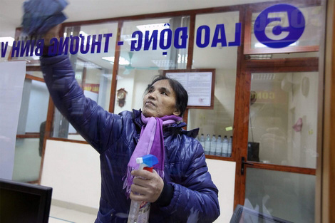 Suất học bổng trị giá 6 tỉ của con gái bà mẹ lao công - 1