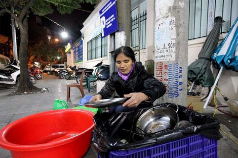 Suất học bổng trị giá 6 tỉ của con gái bà mẹ lao công - 3