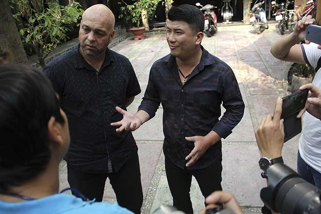 Võ sư Flores đưa người đẹp đến võ đường, Johnny Trí Nguyễn có tiếp? 8