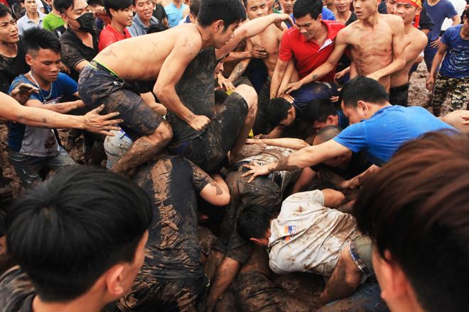 Trai tráng dìm nhau xuống bùn, giẫm đạp ngất xỉu chỉ để cướp phết lấy may