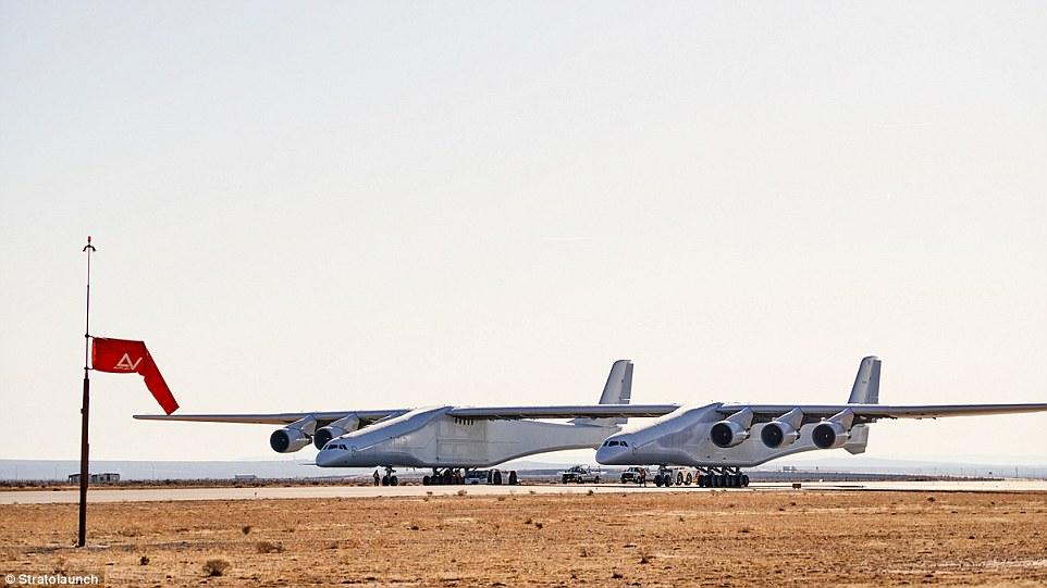 Xem máy bay sải cánh dài hơn sân bóng đá lao vút trên đường băng