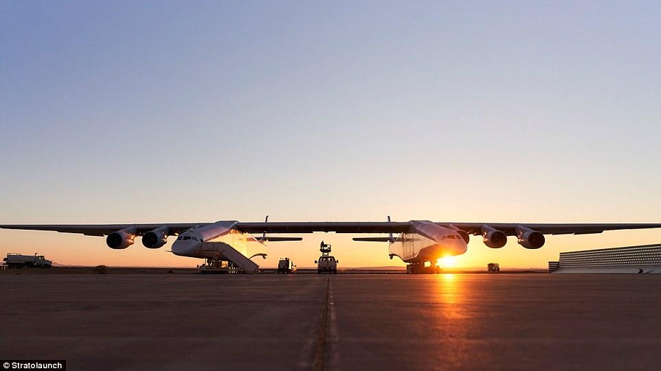 Xem máy bay sải cánh dài hơn sân bóng đá lao vút trên đường băng - 2