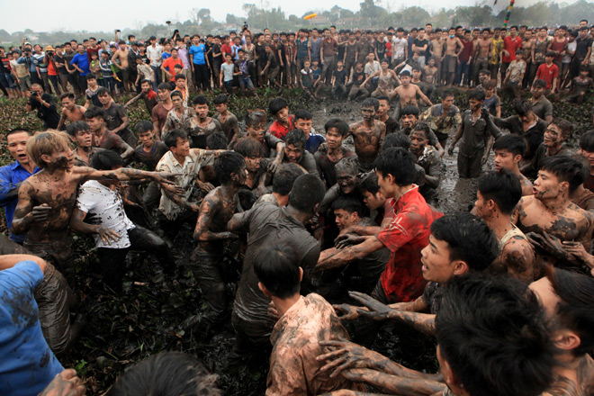 Clip: Hỗn chiến kinh hoàng dưới bùn đen ở hội cướp phết Hiền Quan