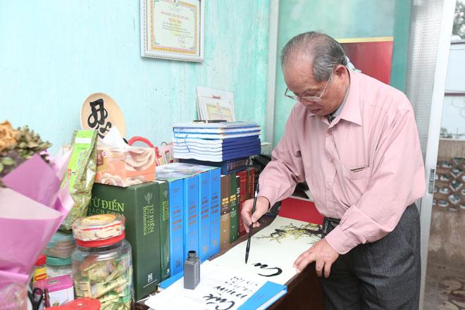 """PGS Bùi Hiền: """"Nhiều người bảo tôi viết chữ cải tiến tiếw Việt để bán"""""""