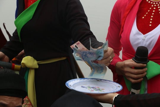 """Du khách choáng với """"chặt chém"""" ở hội Lim: 10.000 đồng/cốc trà đá - 9"""