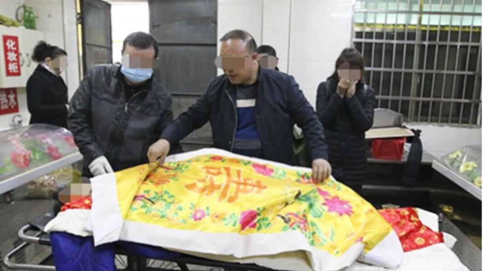 """TQ: Đang trang điểm cho """"xác chết"""", giật mình thấy mạch vẫn đập"""