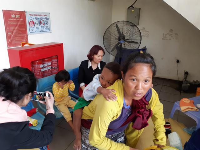Người mẹ trẻ 8 con mang 4 đứa nhỏ từ Quảng Trị ra Hà Nội xin quần áo - 2