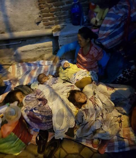 Người mẹ trẻ 8 con mang 4 đứa nhỏ từ Quảng Trị ra Hà Nội xin quần áo - 3