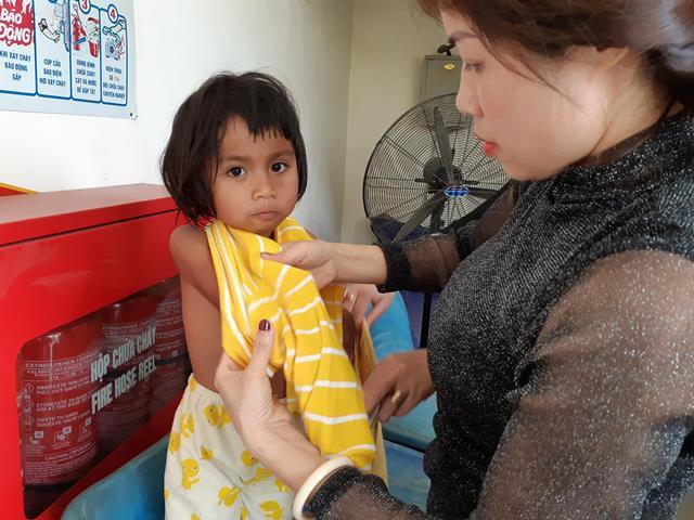 Người mẹ trẻ 8 con mang 4 đứa nhỏ từ Quảng Trị ra Hà Nội xin quần áo - 4