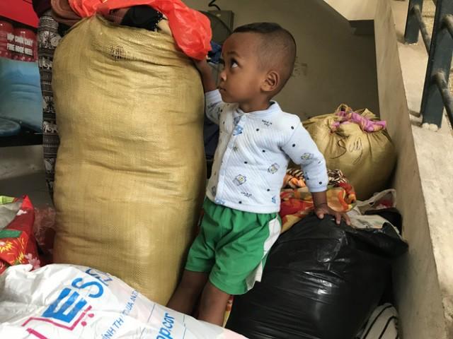 Người mẹ trẻ 8 con mang 4 đứa nhỏ từ Quảng Trị ra Hà Nội xin quần áo - 5