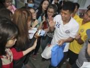 """Bóng đá - Hà Đức Chinh U23 VN bị """"rừng"""" fan nữ xếp hàng bao vây, đòi tặng quà"""