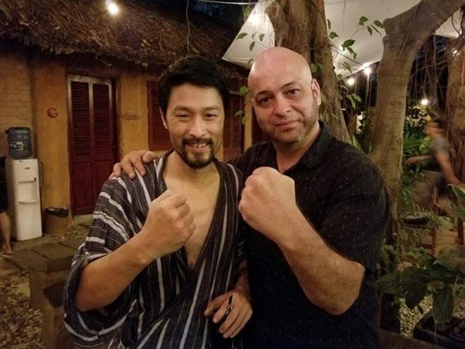 Clip Johnny Trí Nguyễn trò chuyện với võ sư Flores tại võ đường