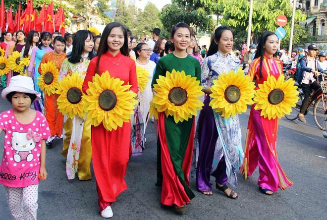 """Tiên nữ đi cà kheo, thầy trò Đường Tăng """"xuất hiện"""" ở Chợ Lớn - 2"""