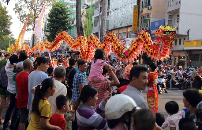"""Tiên nữ đi cà kheo, thầy trò Đường Tăng """"xuất hiện"""" ở Chợ Lớn - 7"""