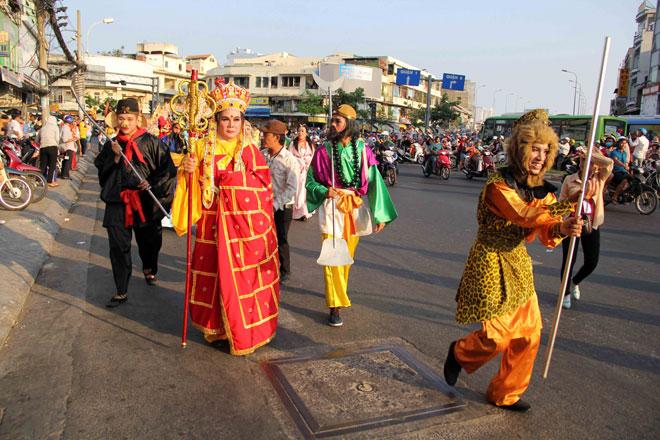 """Tiên nữ đi cà kheo, thầy trò Đường Tăng """"xuất hiện"""" ở Chợ Lớn - 9"""