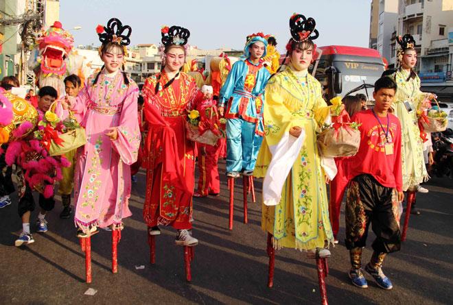 """Tiên nữ đi cà kheo, thầy trò Đường Tăng """"xuất hiện"""" ở Chợ Lớn - 5"""