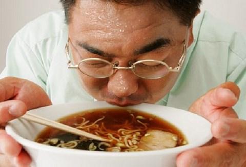 Xì xụp thức ăn quá nóng, ung thư thực quản gõ cửa