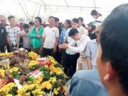 Tin tức trong ngày - Tìm phương án xử lý con rắn nằm trên mộ ở Quảng Bình