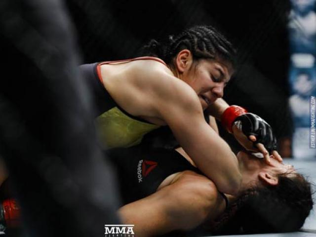 """UFC: Tranh đai vô địch, mỹ nữ tóc vàng bị """"Người máy"""" đấm gục 5"""