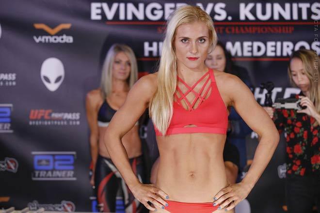"""UFC: Tranh đai vô địch, mỹ nữ tóc vàng bị """"Người máy"""" đấm gục 2"""