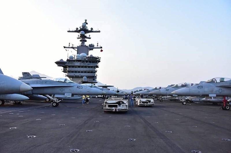 """Cận cảnh """"hàng khủng"""" trên tàu sân bay Mỹ ở Đà Nẵng"""