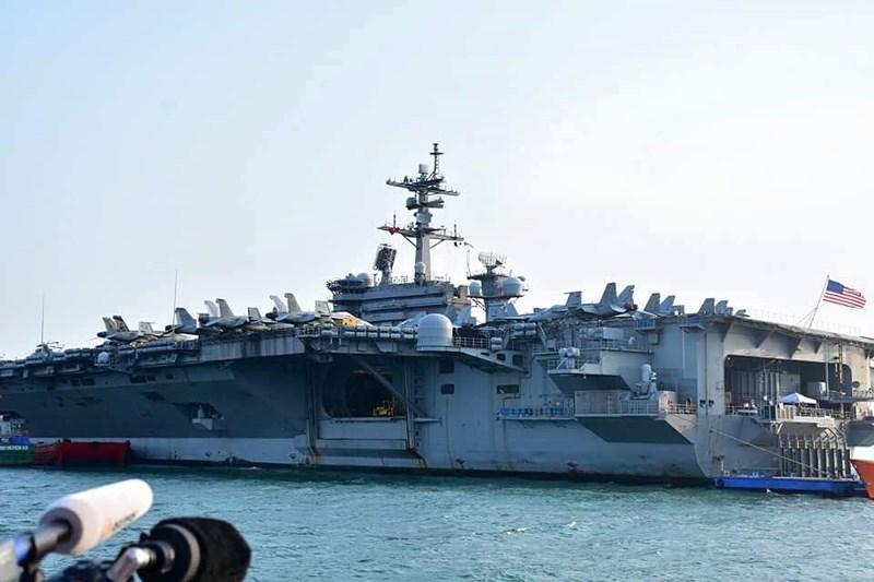 Cận cảnh 'hàng khủng' trên tàu sân bay Mỹ ở Đà Nẵng - 7